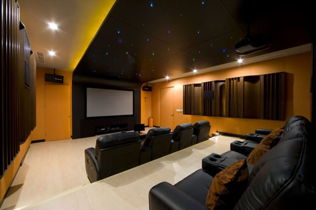 экран в мини-кинотеатре