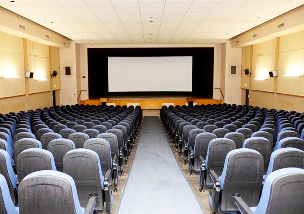 проекционный экран Hercules в кинотеатре