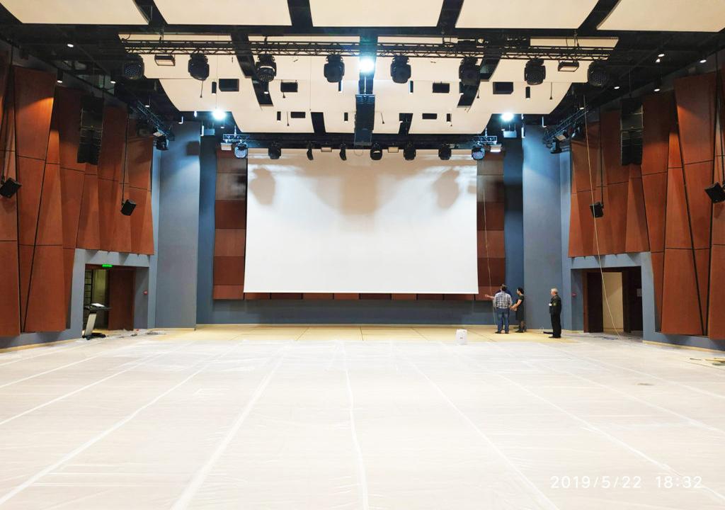 Проекционный экран Hercules в холле