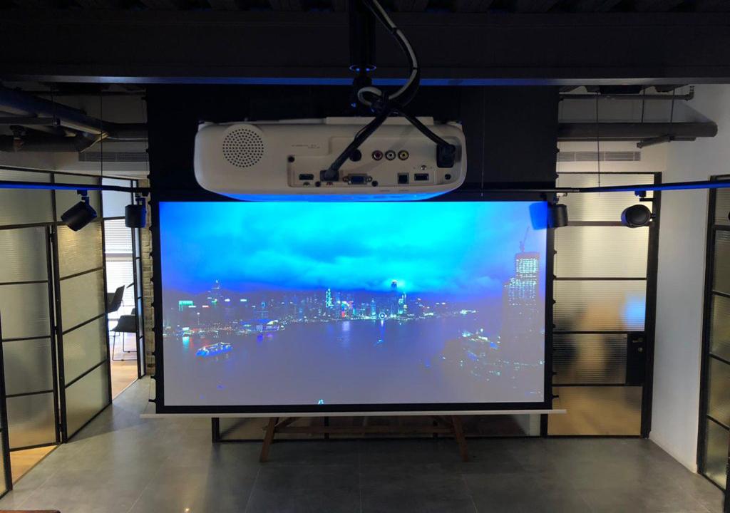 Проекционный экран с натяжением с проектором