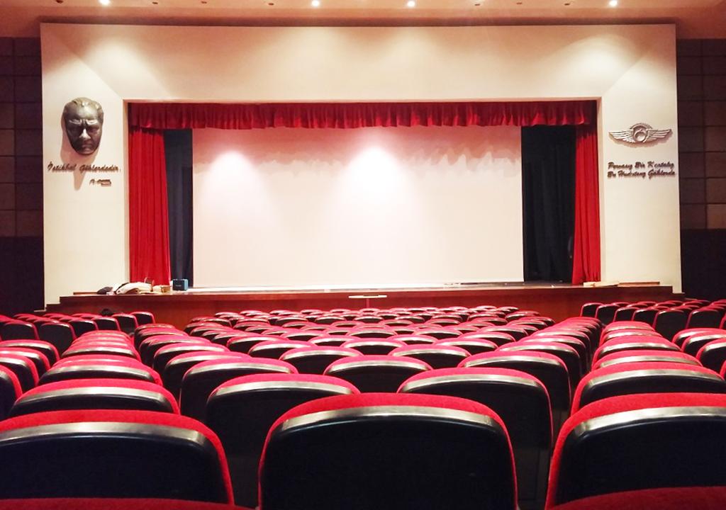 Проекционный экран Hercules в конференц-зале