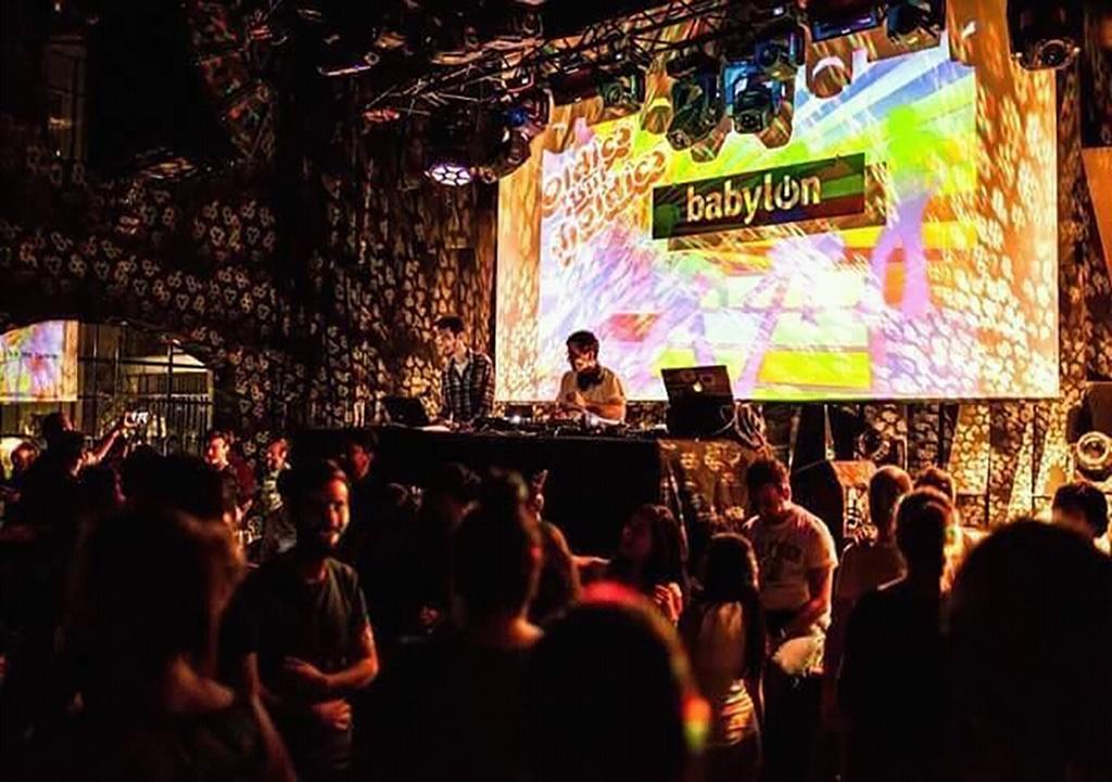 Проекционный экран Large в клубе